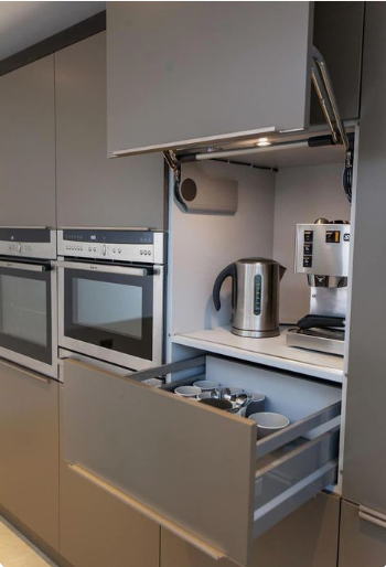 muebles de cocina modernos en madera y en aluminio