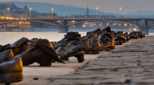 Los-zapatos-en-el-banco-del-Danubio-monumento-inspirador